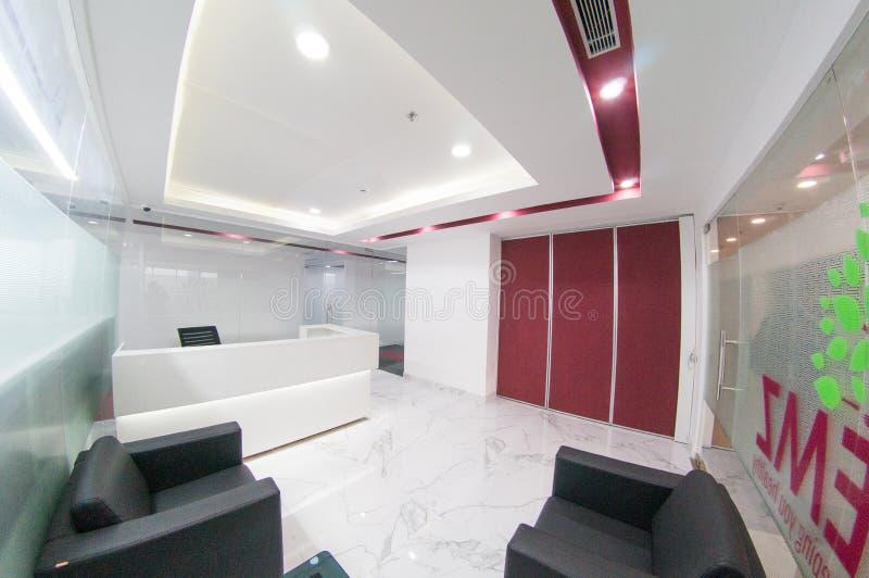 Fisheye sköt av modernt kontor med vita väggar och röda mellanlägg royaltyfria foton