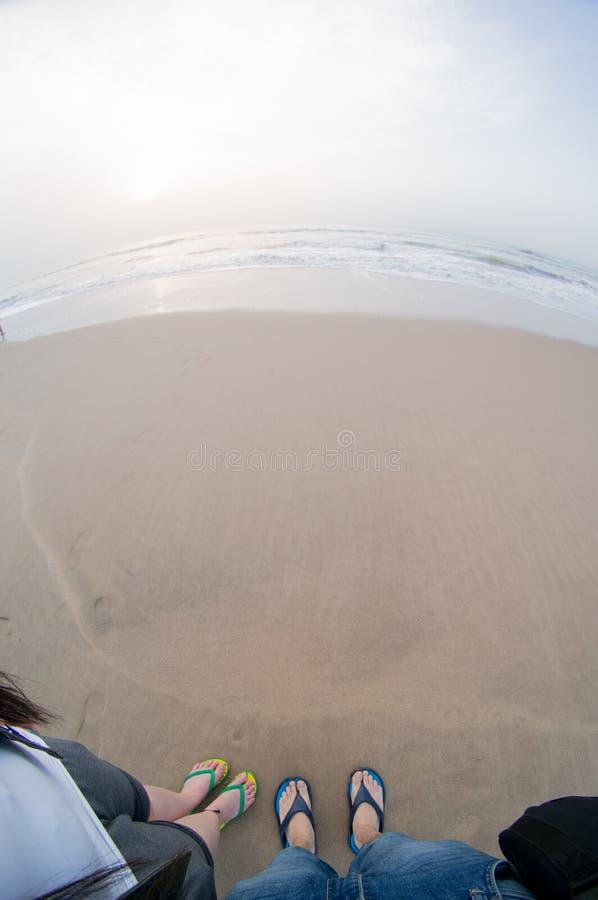 Fisheye strzał z pary pozycją na plaży z piaskiem i fala fotografia royalty free