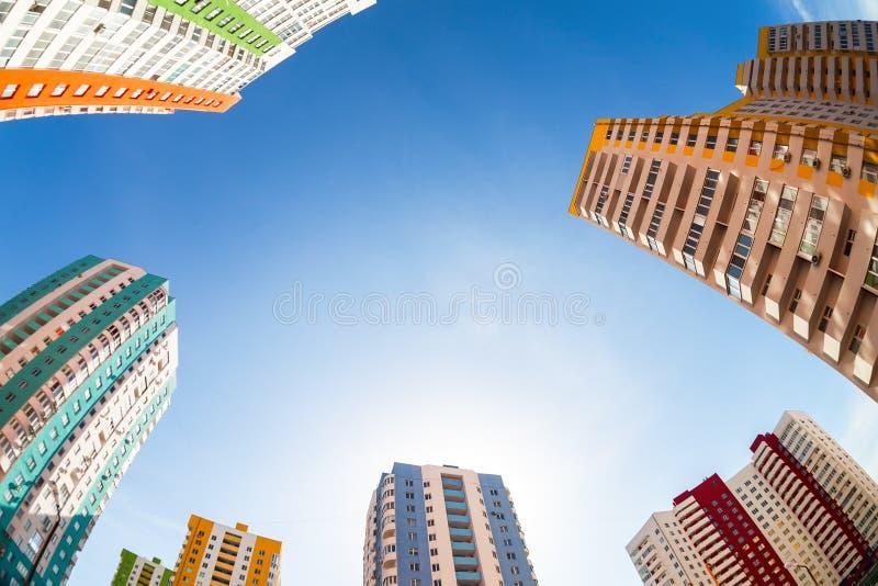 Fisheye widok na nowych wysokich budynkach mieszkaniowych przeciw niebu fotografia stock