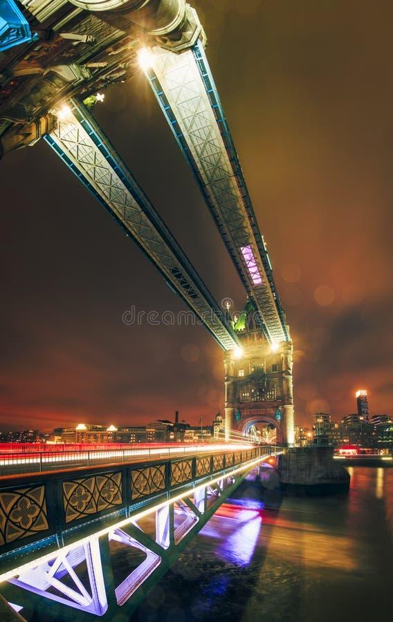 Fisheye widok ruchu drogowego ślad zaświeca na wierza moście przy nocą zdjęcia stock