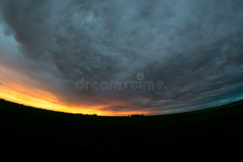Fisheyemening van een dramatische hemel over het brede open Nederlandse landschap dichtbij zonsondergang Mooie kleuren en texture royalty-vrije stock fotografie