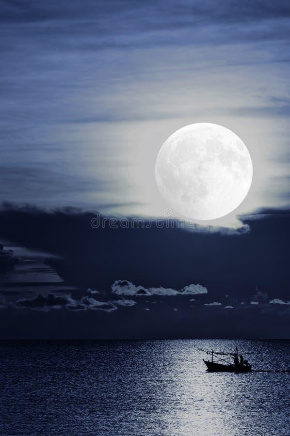 Fishingboat de clair de lune image libre de droits