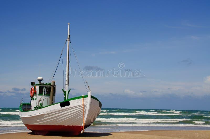Fishingboat op het strand royalty-vrije stock foto