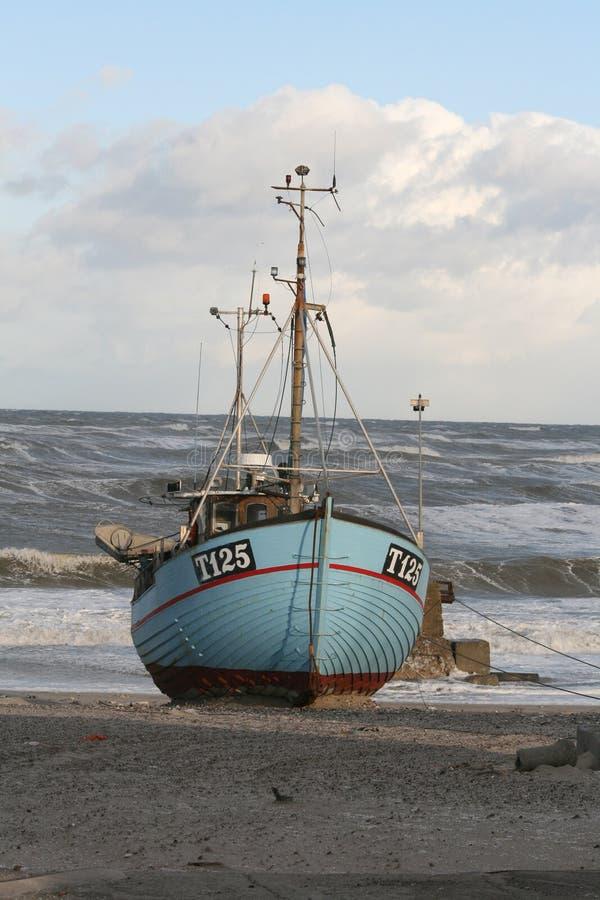 Fishingboat på stranden fotografering för bildbyråer