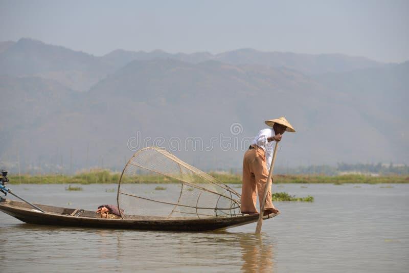Fishman del estilo de Birmania que pesca el barco de la canoa foto de archivo