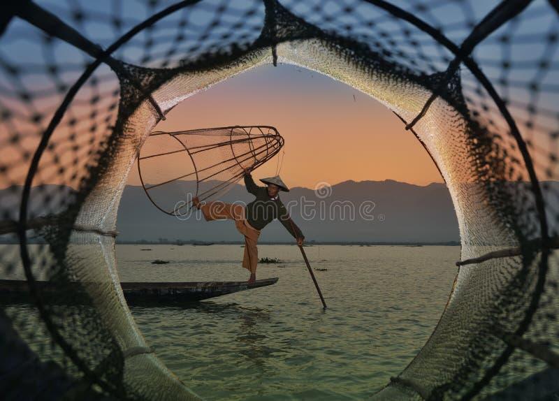 Fishman e rete in canoa fotografie stock libere da diritti