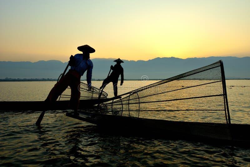 Fishman e rete nell'alba della canoa immagine stock libera da diritti