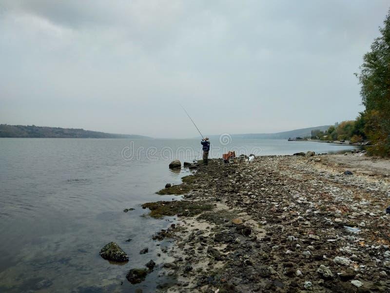 fishman på den Dnestr flodstranden royaltyfri fotografi