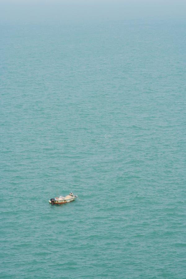 Fishman sur le petit bateau photo libre de droits