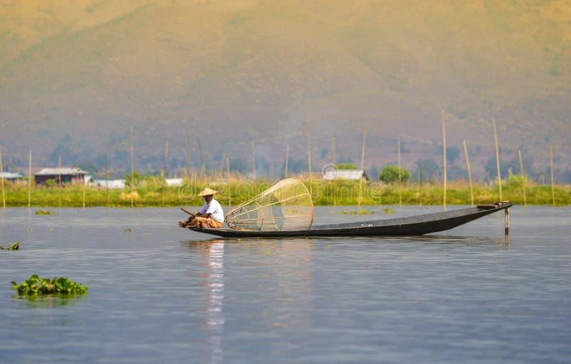 Fishman und Netz im Kanu lizenzfreie stockfotos