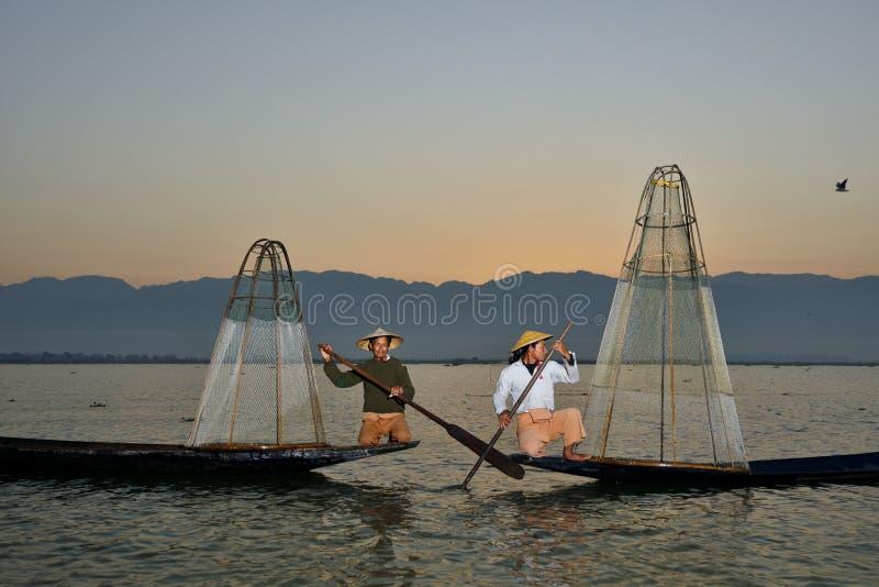 Fishman und Netz im Kanu stockfotografie