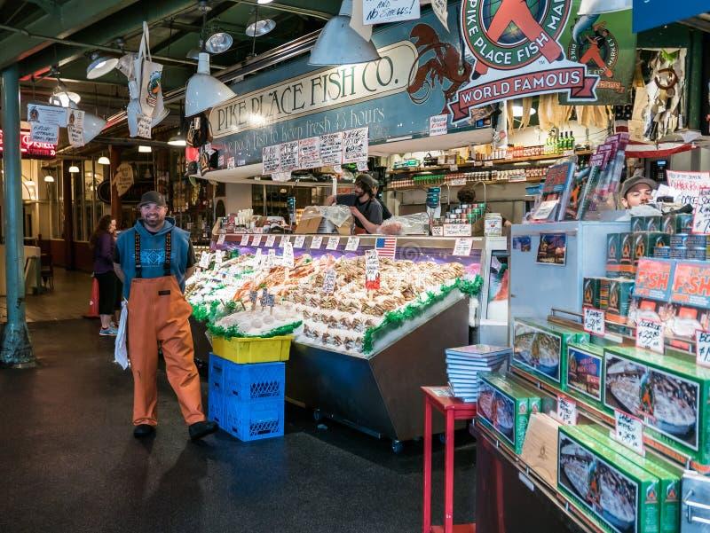 Fishmonger uśmiechy dla kamery przed szczupaka miejscem Łowią Co obrazy royalty free