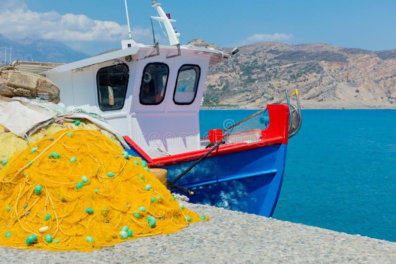 Fishnet и шлюпка в порте Agia Galini стоковые фото