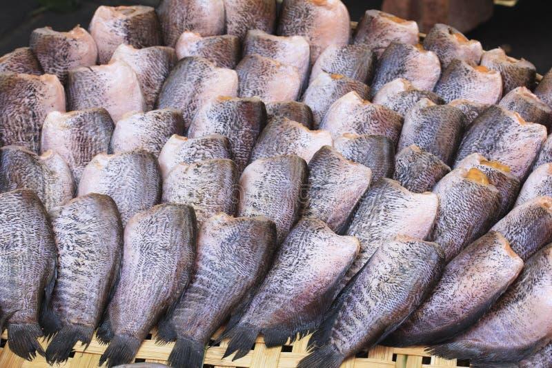 Fishs de sequía del Osphromemus gorami del snakeskin en cesta de trilla imágenes de archivo libres de regalías