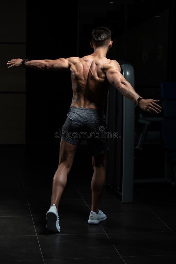 Fisicamente homem que mostra sua parte traseira bem treinada imagens de stock royalty free