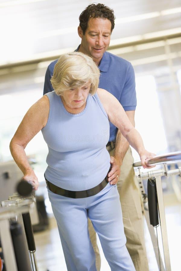 Fisioterapeuta com o paciente na reabilitação fotografia de stock