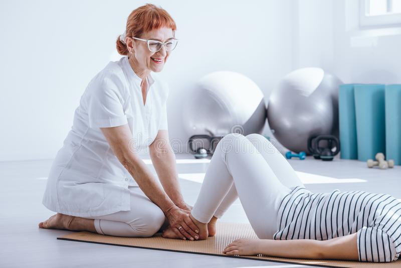 Fisioterapeuta com paciente fotos de stock