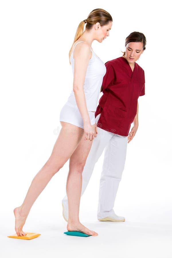 Fisioterapeuta com paciente da mulher fotografia de stock