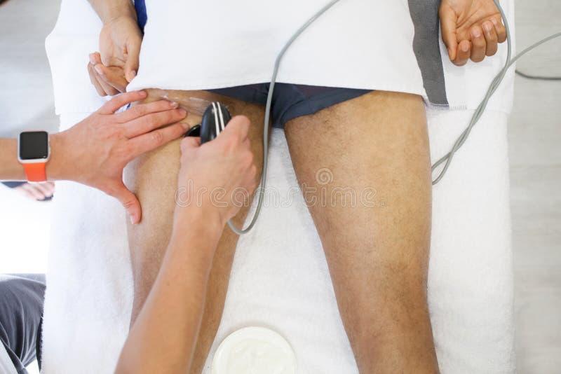 Fisioterapeuta que aplica a massagem fotos de stock royalty free