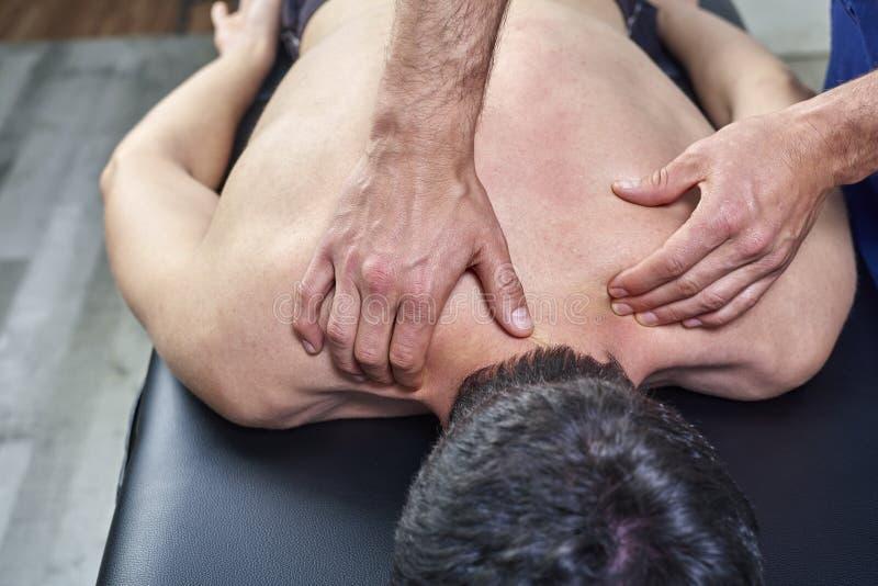 Fisioterapeuta que da un masaje trasero Quiropr?ctica, osteopat?a, terapia manual, acupressure fotos de archivo libres de regalías