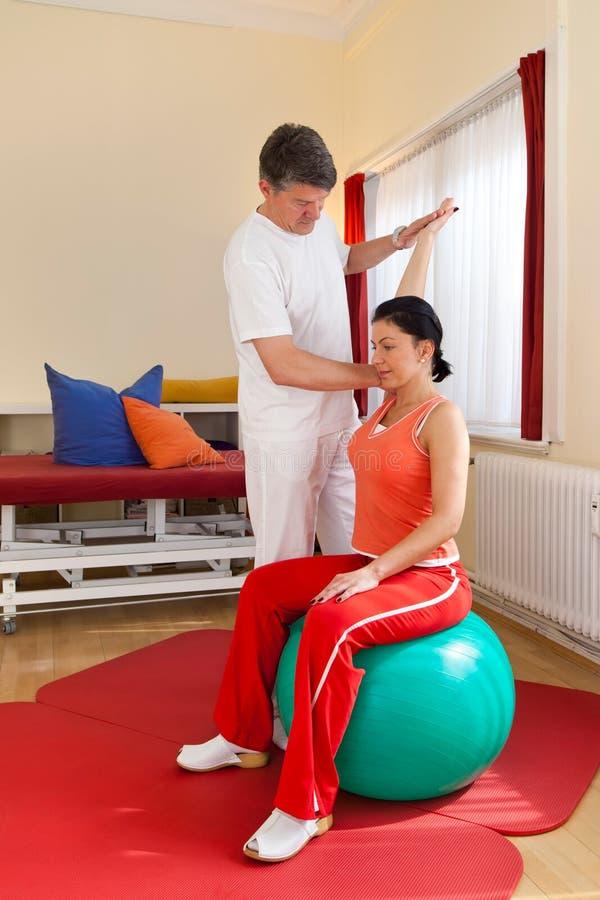 Fisioterapeuta que exercita com paciente foto de stock royalty free