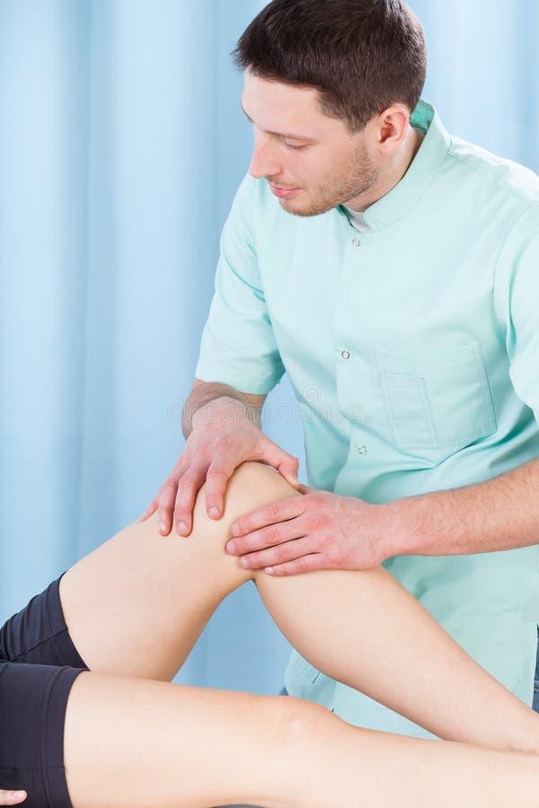 Fisioterapeuta que faz massagens um pé imagens de stock