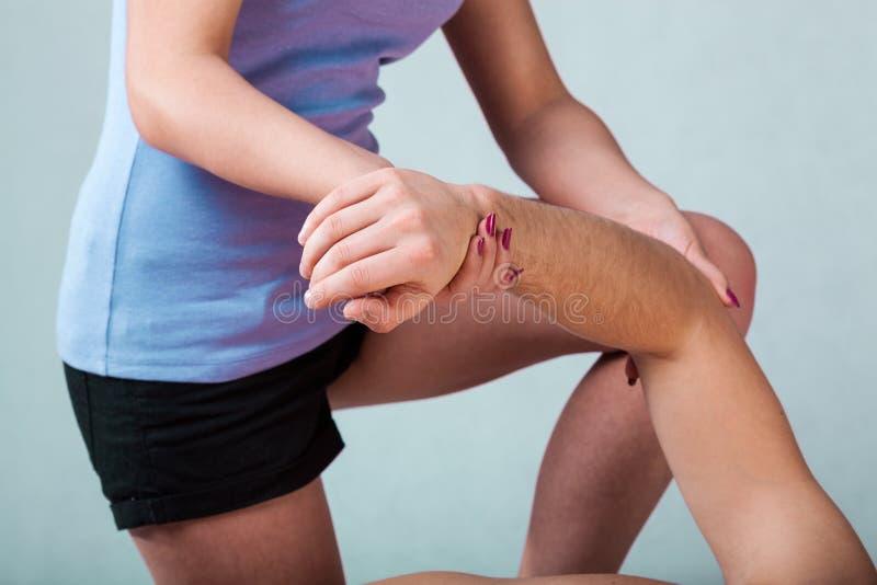 Fisioterapeuta que faz o movimento passivo foto de stock