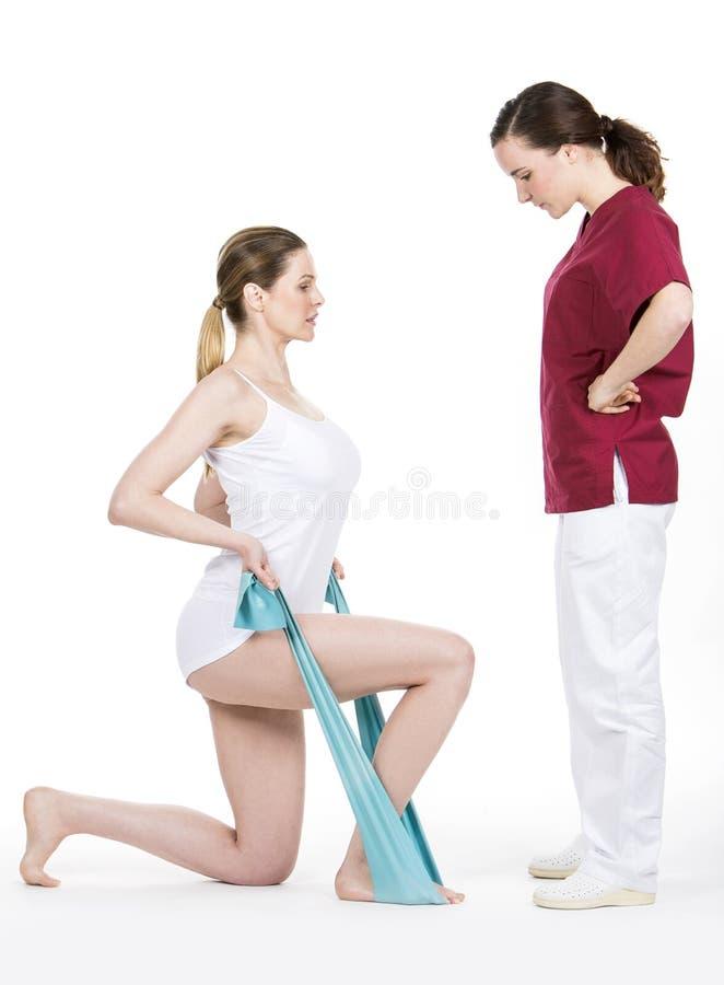 Fisioterapeuta que faz o tom com o flexível para a espinha fotografia de stock royalty free