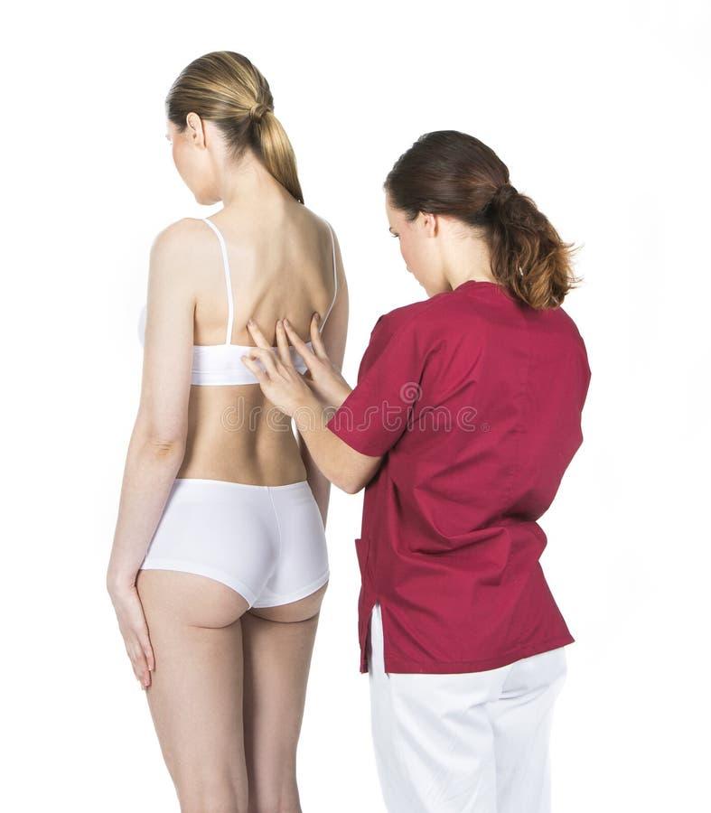 Fisioterapeuta que faz um exame físico fotografia de stock