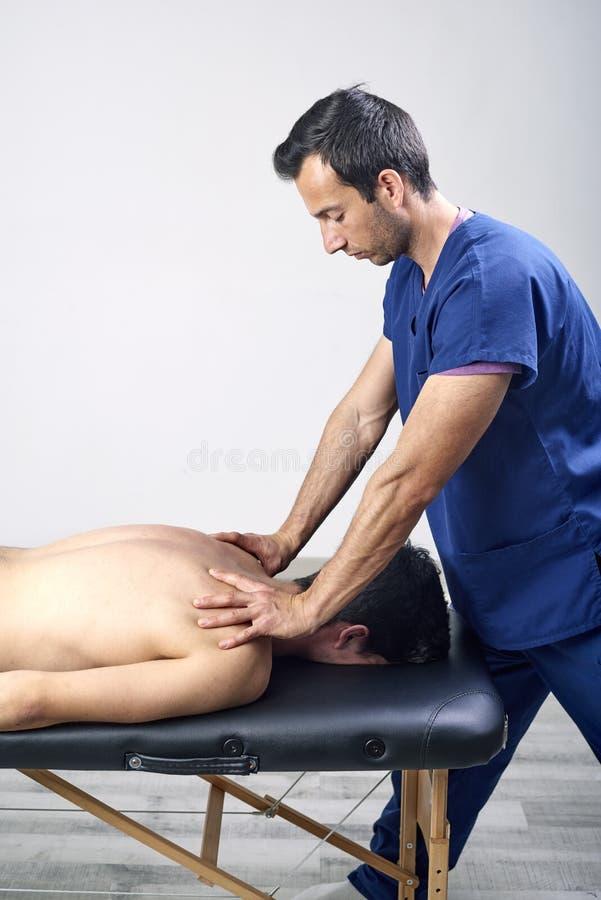 Fisioterapeuta que hace un cuello de la movilización del paciente femenino Terapia manual Examen físico neurológico Osteopatía, imagenes de archivo