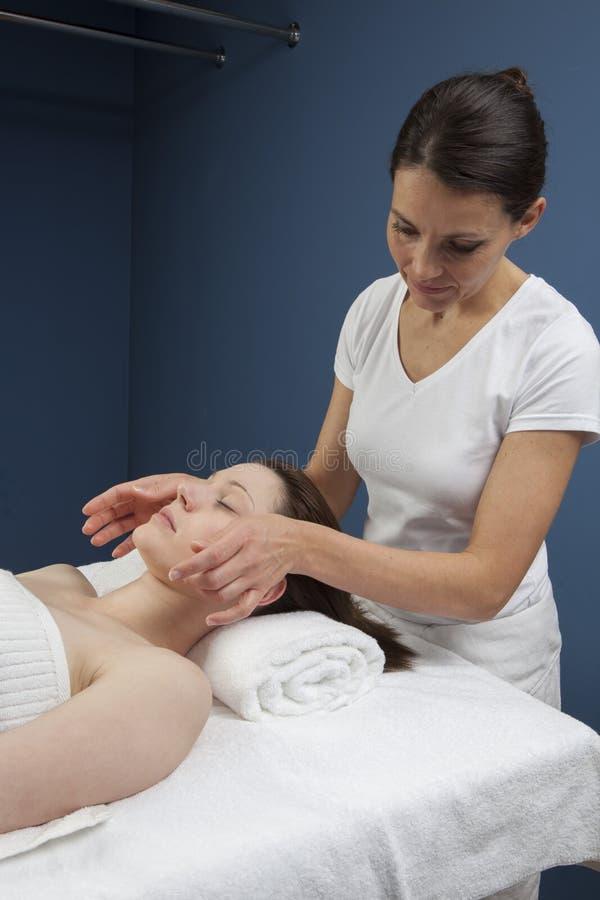 fisioterapeuta que practica un masaje de cara foto de archivo libre de regalías