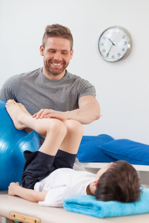 Fisioterapeuta que reabilita uma criança fotografia de stock royalty free