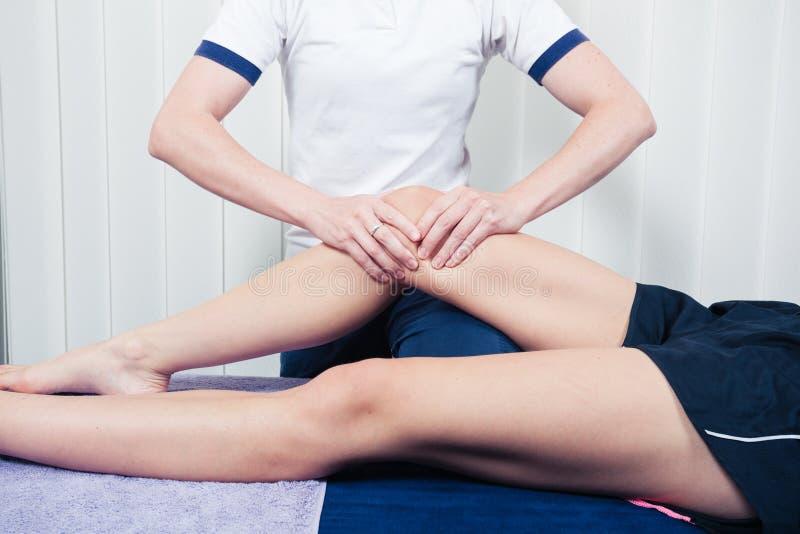 Fisioterapeuta que trata o joelho fotos de stock royalty free