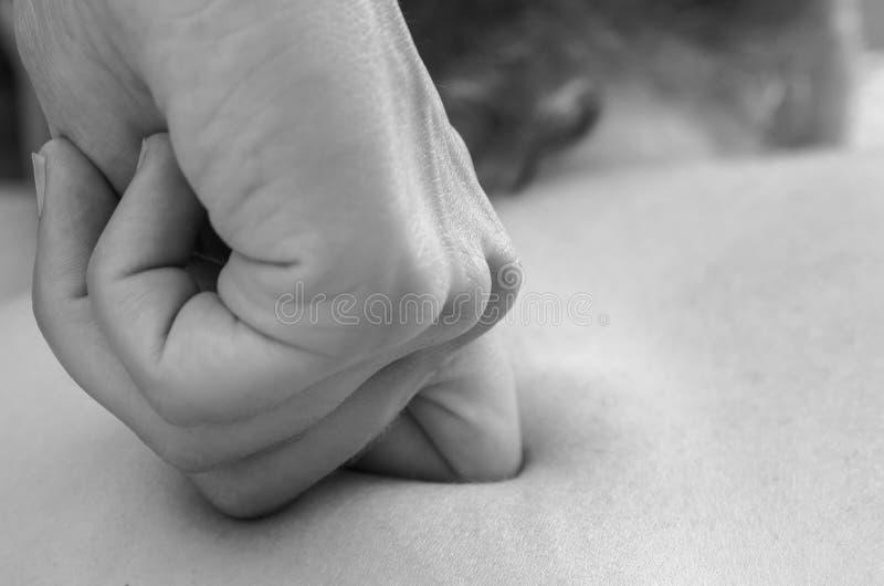 Fisioterapeuta/quiropráctico que hace un masaje trasero osteopathy foto de archivo libre de regalías