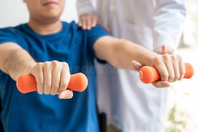 fisioterapia de consulta da reabilita??o do doutor do fisioterapeuta que d? exercitando o tratamento com o paciente na f?sico cl? imagens de stock