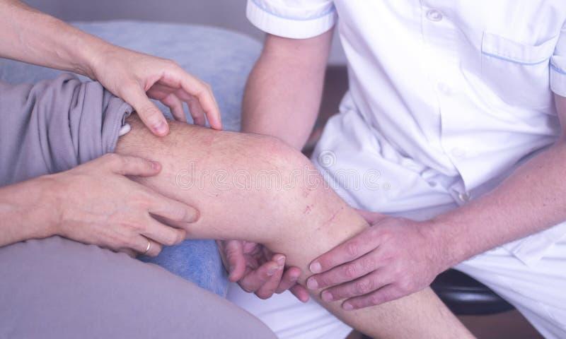 Fisioterapia de la terapia física imagen de archivo libre de regalías