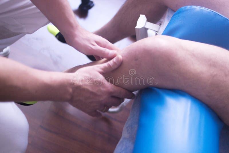 Fisioterapia de la terapia física foto de archivo libre de regalías