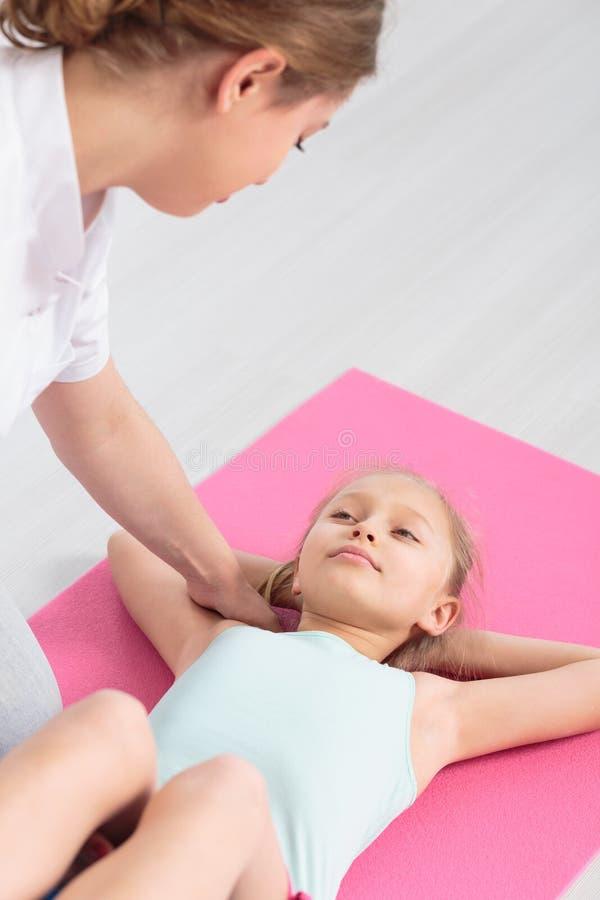 Fisioterapia profesional de los niños foto de archivo