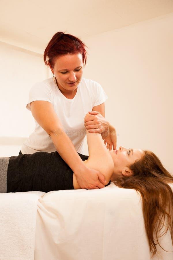 Fisioterapia - terapeuta que exercita com o paciente, trabalhando na AR fotos de stock