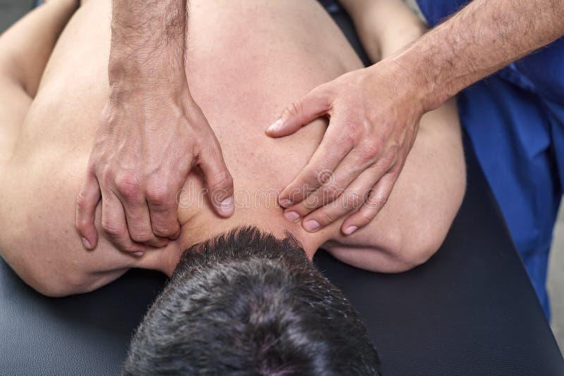 Fisioterapista che dà un massaggio posteriore Chiroterapia, osteopatia, terapia manuale, agopressione fotografia stock