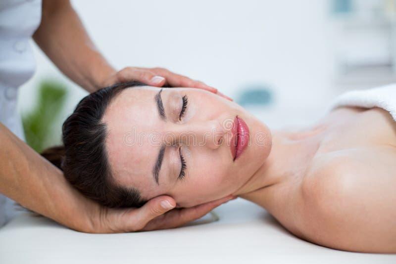 Fisioterapista che fa massaggio del collo fotografie stock libere da diritti