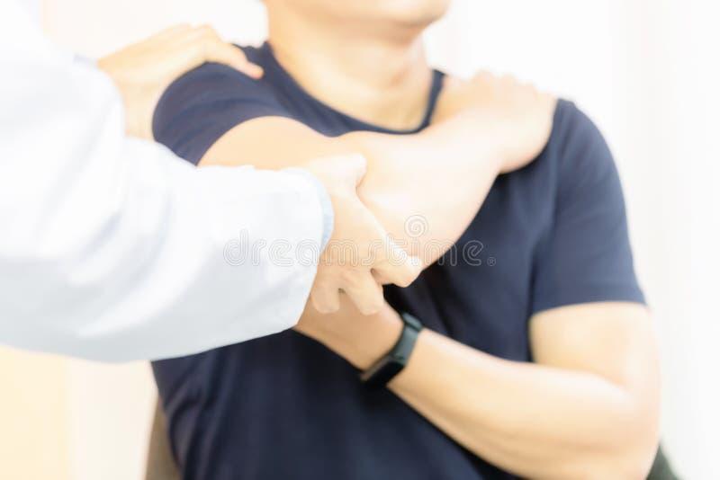 Fisioterapista che lavora con il paziente in clinica fotografie stock libere da diritti