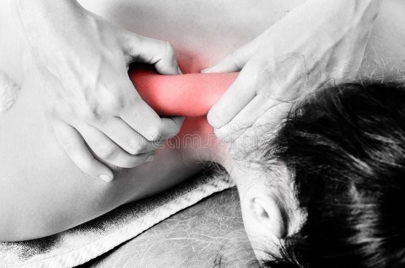 Fisioterapista, chiropratico che dà un massaggio e un allungamento di immagine stock