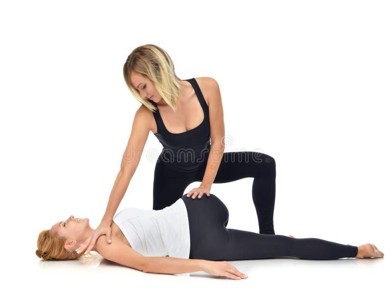 Fisioterapista di medico che allunga una giovane donna di sport fotografia stock