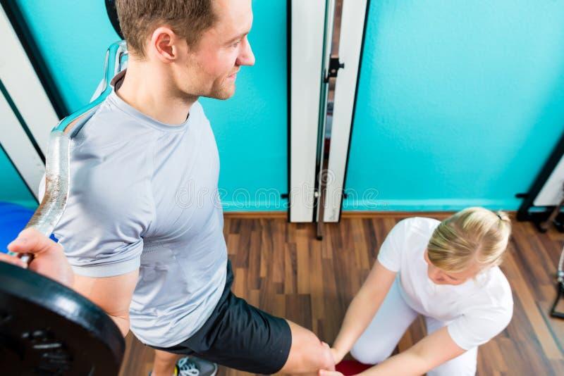 Fisioterapista o medico di sport con il paziente fotografia stock