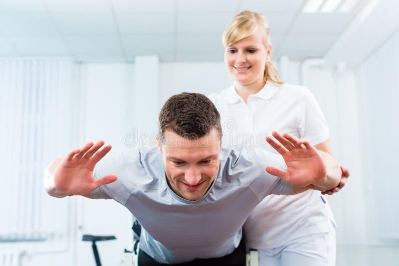 Fisioterapista o medico di sport con il paziente immagini stock