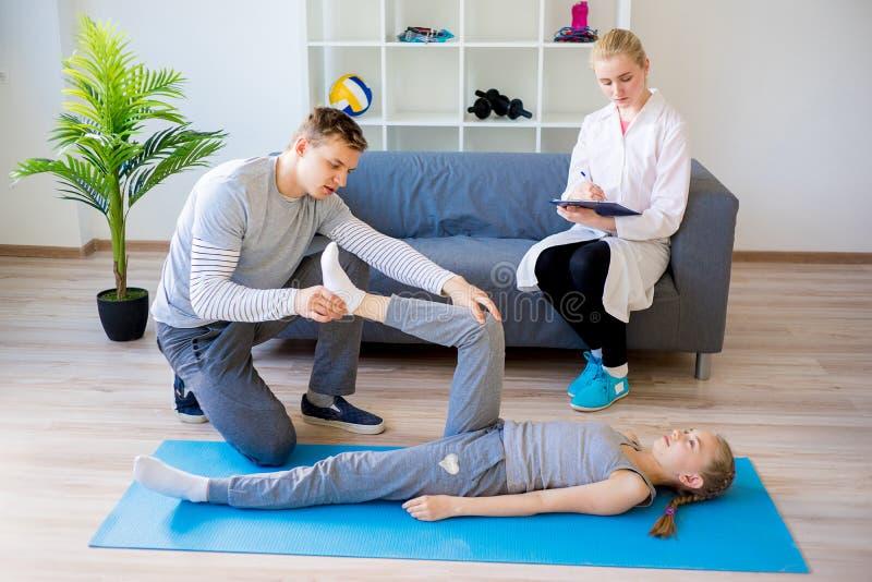 Fisioterapisti che lavorano alla riabilitazione immagini stock