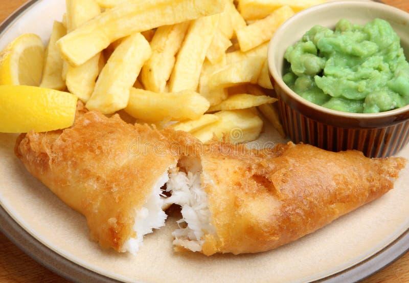 Fisk, chiper och Mushy Peas royaltyfria foton