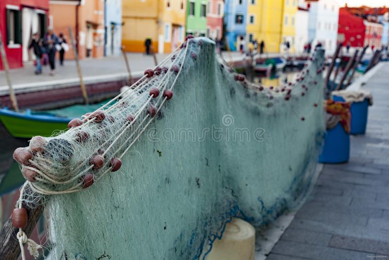 Fisk-förtjänar i fiskarebyn av den Burano ön, Venedig, Italien arkivfoto