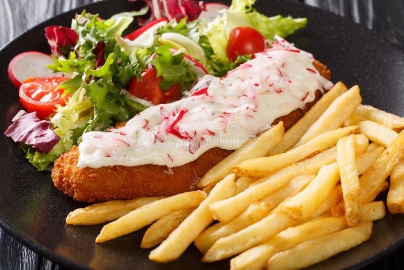 Fisk, i att panera med en sidomatr?tt av franska sm?fiskar och den nya salladn?rbilden horisontal royaltyfri bild